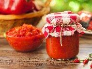 Рецепта Домашна стерилизирана лютеница в буркани с готово доматено пюре, печен патладжан, печени чушки и варени моркови без варене и без пържене (зимнина)